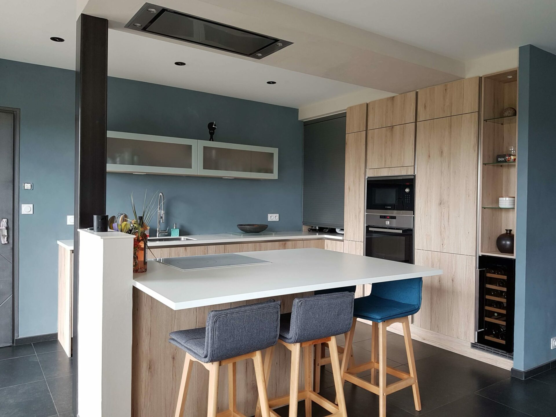 1-cuisine-moderne-bleu-bois-avrideal-clisson